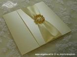 bež pozivnica za vjenčanje sa satenskom trakom i brošem