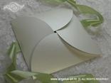 bijela perlasta kuverta na rasklapanje