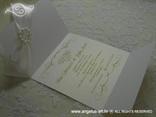 bijela pozivnica s brošem tisak teksta