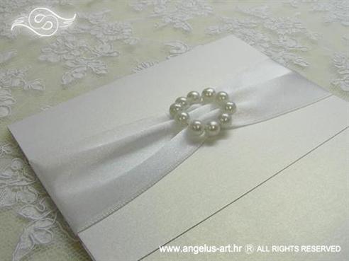 bijela pozivnica za vjenčanje sa bijelim brošem od perlica