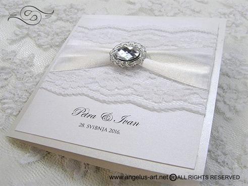 bijela pozivnica za vjencanje sa cipkom i brosem