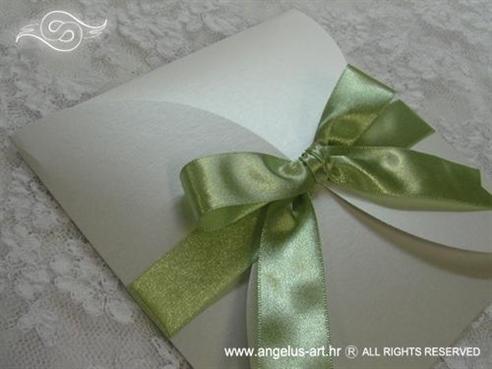 bijela pozivnica za vjenčanje sa zelenom satenskom trakom