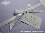 bijela satenska mašna na pozivnici s kartončićem