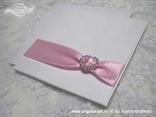 bijelo ruzicasta pozivnica s rozom satenskom trakom i brosem srce