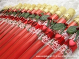 crvena pozivnica u epruveti s mrežom i crvenom ružom