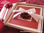 crvena pozivnica u kutiji s laticama i bijelom mašnom