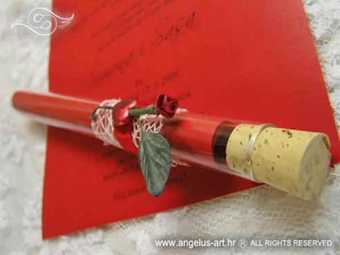 crvena pozivnica za vjenčanje u epruveti s ružom i srcem