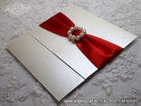 elegantna pozivnica za vjenčanje s crvenom trakom i perlama
