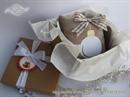 jastucic sa bozicnom kuglicom u kutiji kao poklon