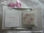 jastucic za prstenje u obliku knjige s rozim masnama i imenima mladenaca