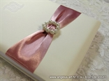 knjiga gostiju s elegantnom ruzicastom trakom i perlama