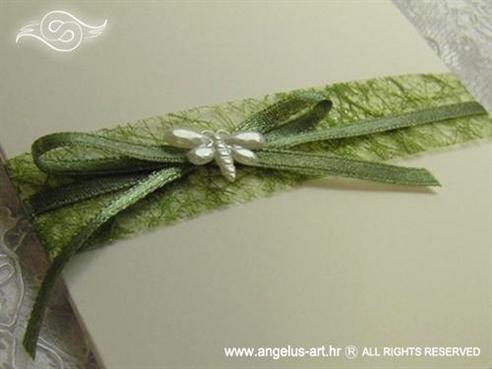 krem zelena pozivnica za vjenčanje s mašnom i leptirom