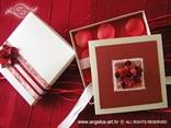 kutija za pozivnicu s laticama i satenskom mašnom