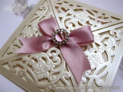 laserski rezana krem pozivnica sa brosem roza masnom