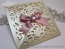 laserski rezana krem pozivnica sa roza masnom i brosem