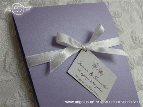 ljubičasta zahvalnica za vjenčanje s bijelom mašnom i kartončićem