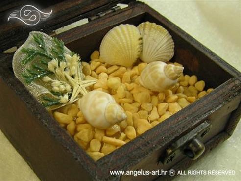 morska škrinjica za vjenčanje sa školjkama i morskom zvijezdom