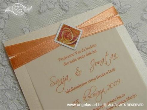 narančasta pozivnica s ružom i satenskom trakom