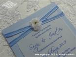 pastelno plava pozivnica za vjenčanje s bijelim cvijetom