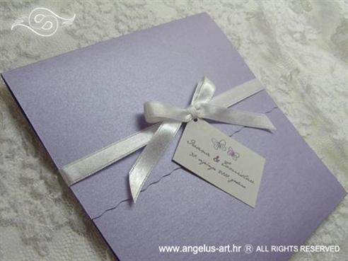 pozivnica ljubičasta s bijelom mašnom i kartončićem s imenima