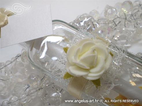 pozivnica u boci s bijelom ružom i bijelom mrežom