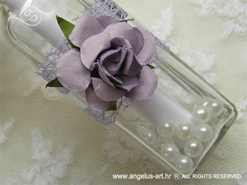 pozivnica u boci s lila ružom i mrežom