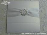 pozivnica za vjenčanje bijela s brošem od bisera