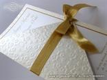 pozivnica za vjenčanje s 3D strukturom cvjetova i zlatnom mašnom