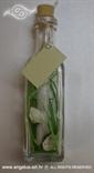 pozivnica za vjencanje u staklenoj boci dekorirana bijelim ruzama i vlatima trave