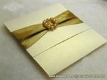 šampanj pozivnica sa zlatnom trakom i perlicama