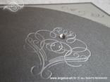 srebrna pozivnica s 3D uzorkom i cirkonom