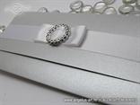 srebrna pozivnica s elegantnom mašnom i brošem