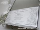 srebrna pozivnica s tiskom teksta i ruža