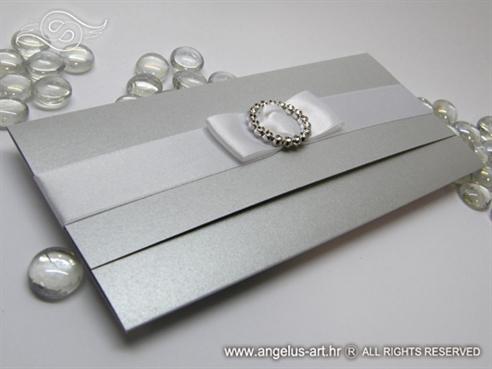 srebrna pozivnica za vjenčanje s bijelom mašnom i brošem