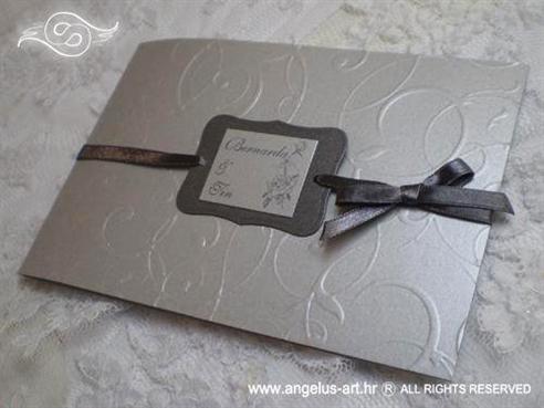 srebrna pozivnica za vjenčanje s mašnicom i ukrasnim kartončićem