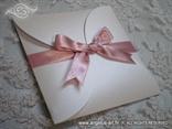 srebrno ružičasta pozivnica sa satenskom mašnom