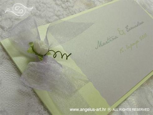 zeleno bijela pozivnica s ružom i tiskom